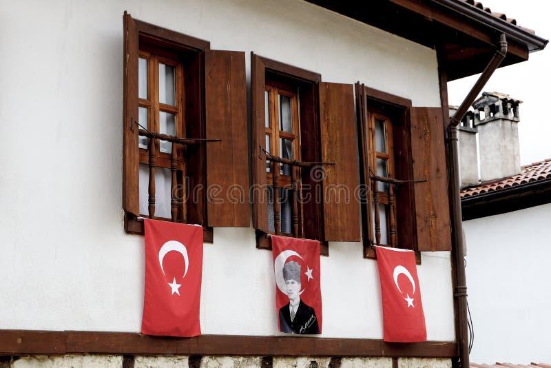 Windows med flaggor i Safanbolu royaltyfri foto