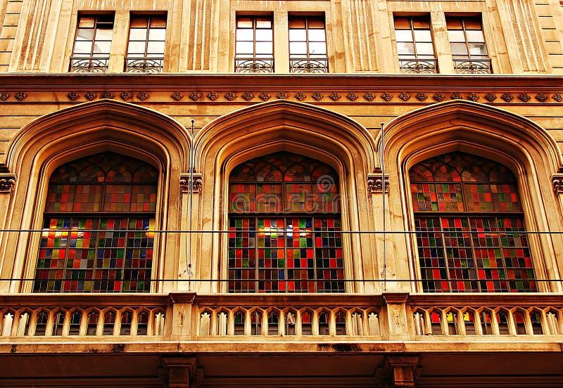 Windows med kulört exponeringsglas royaltyfri foto