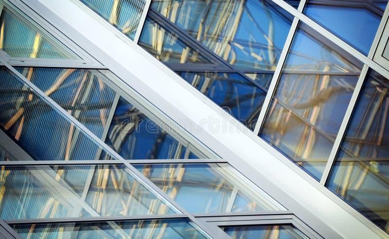 Windows med reflexion av linjer och fyrkanter arkivbild