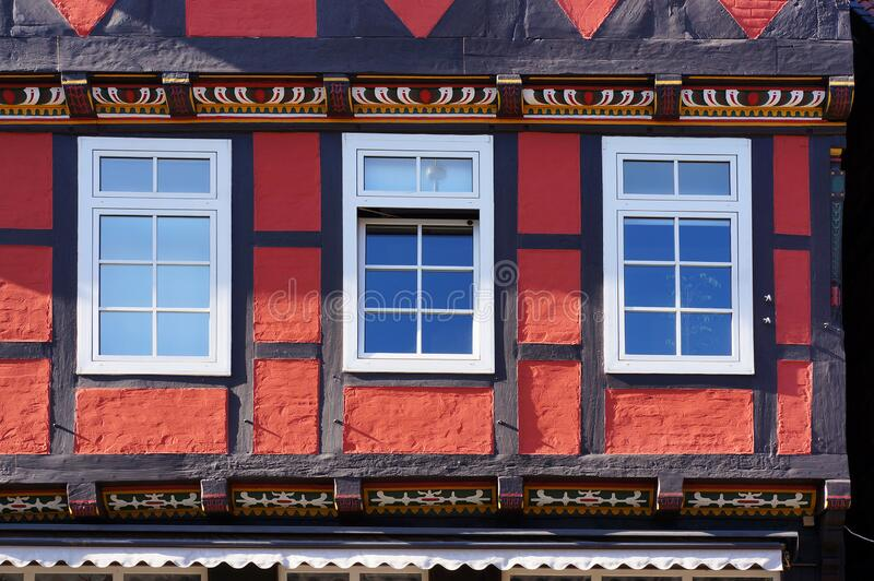 Windows of middeleeuws half-timbered house in Celle, Duitsland stock fotografie