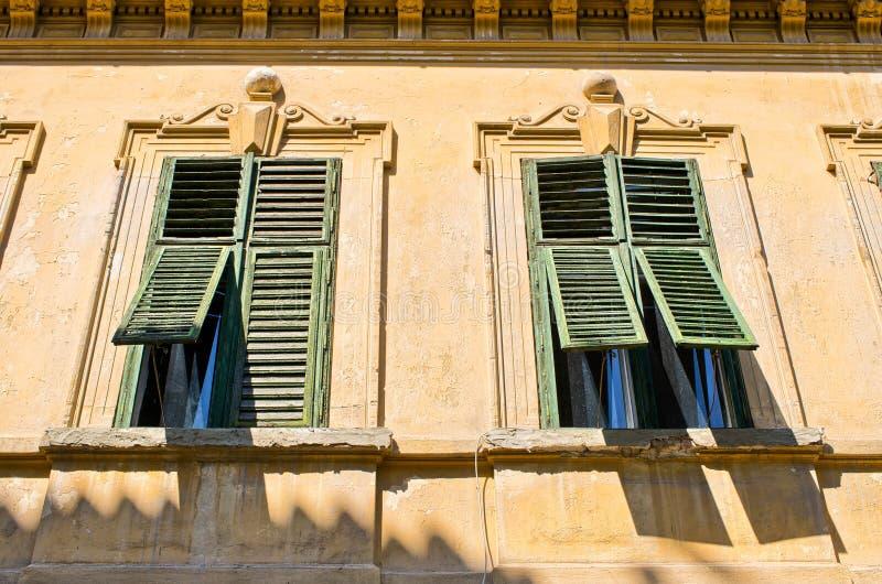 Windows mit alten offenen Fensterläden stockbilder