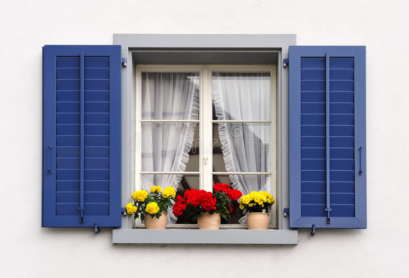 Windows mit Blumen lizenzfreies stockfoto