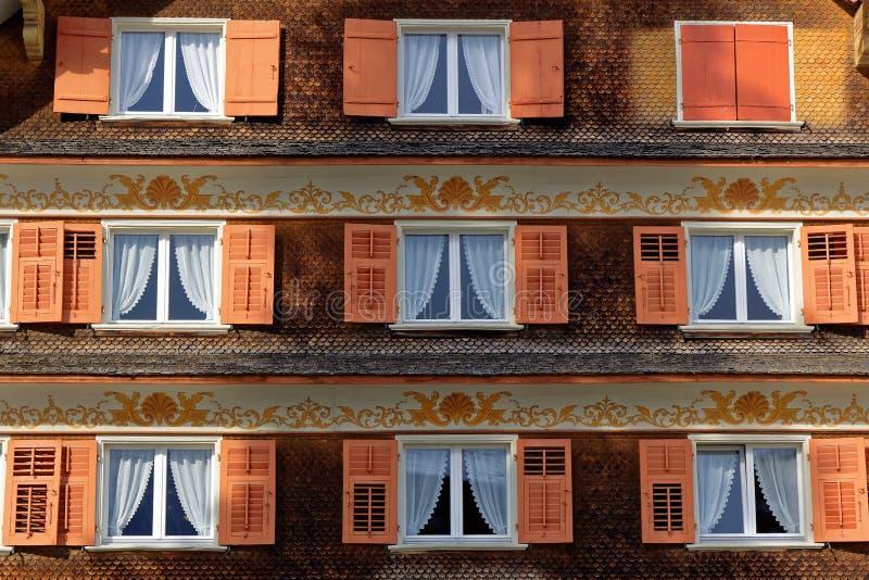 Windows mit Fensterläden des alten Schindelhauses lizenzfreie stockfotos