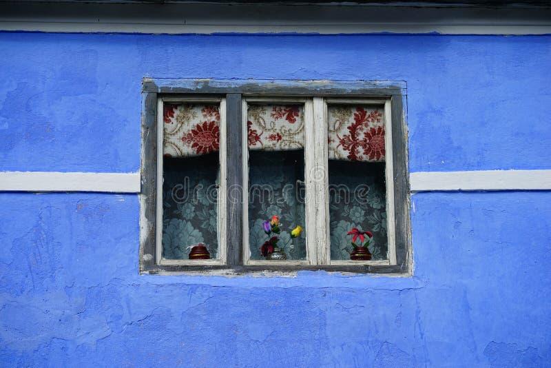 Windows na błękitnym domu fotografia stock
