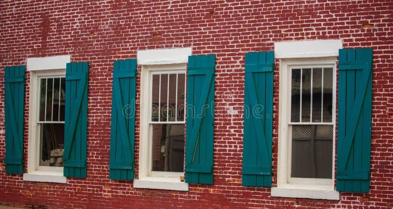Windows na czerwonym ?ciana z cegie? fotografia royalty free