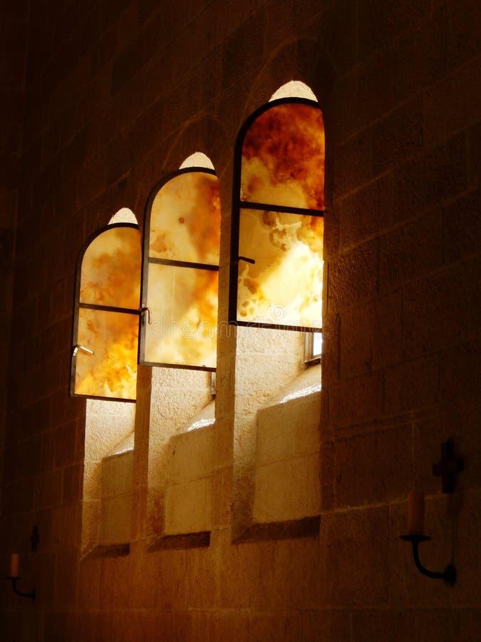 WINDOWS NA IGREJA DA MULTIPLICAÇÃO TABGHA, ISRAEL fotos de stock