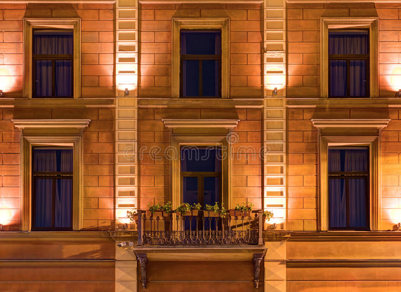 Windows na nocy fasadzie Angleterre hotel fotografia royalty free