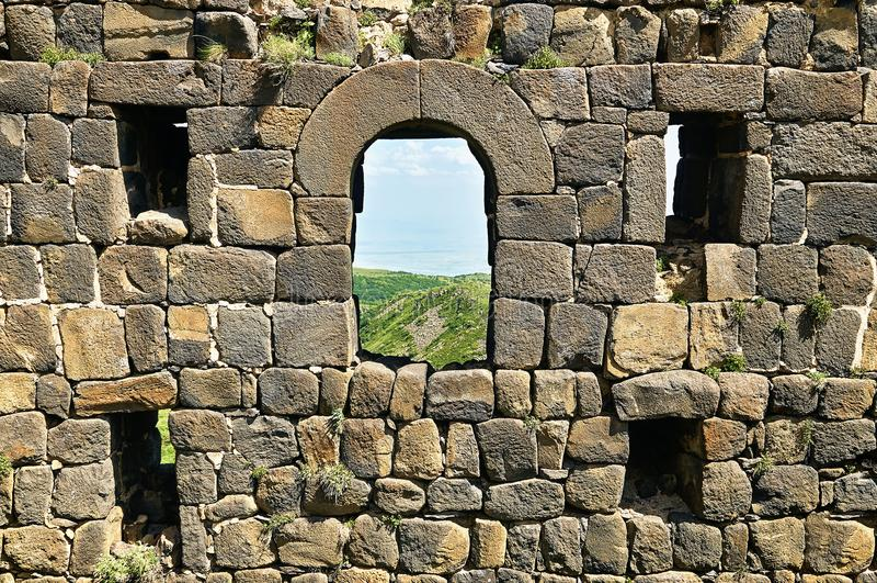 Windows na parede de tijolo da fortaleza medieval fotos de stock royalty free