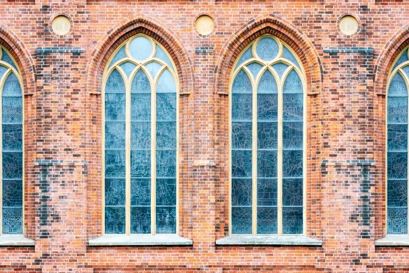Windows na parede de tijolo fotos de stock