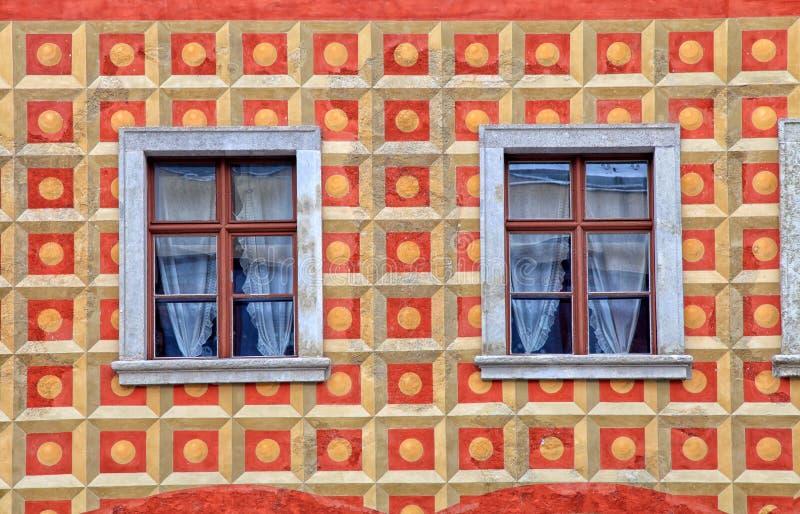 Windows na parede pintada da casa velha, Budapest, Hungria foto de stock royalty free