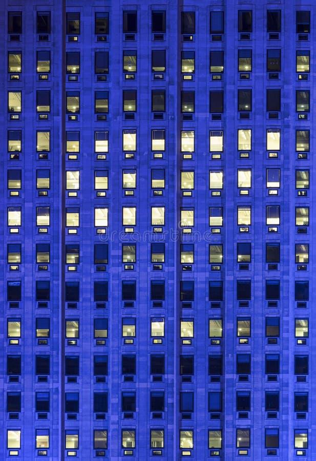 Windows na wzrosta budynku biurowym fotografia royalty free