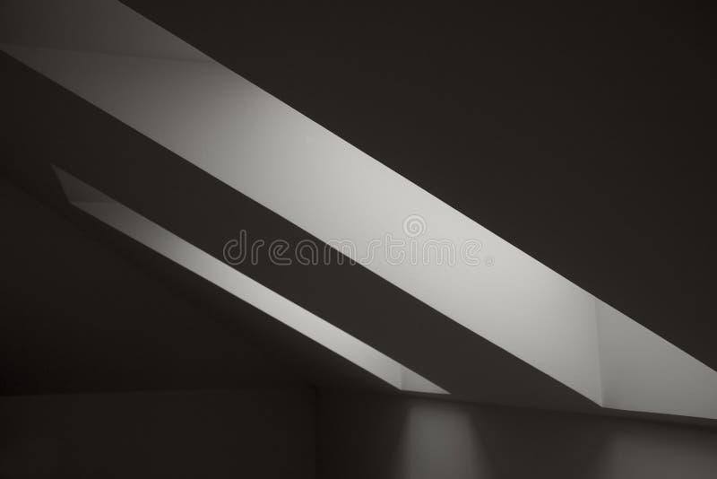 Windows nella soffitta Elementi architettonici Dettagli interni geometrici di contrapposizione immagini stock