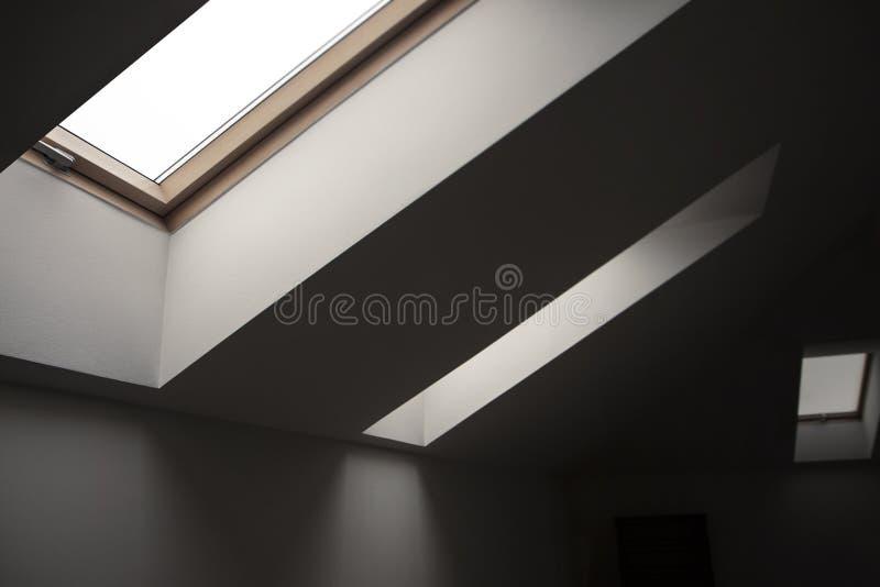 Windows nella soffitta Elementi architettonici Dettagli interni geometrici di contrapposizione immagini stock libere da diritti
