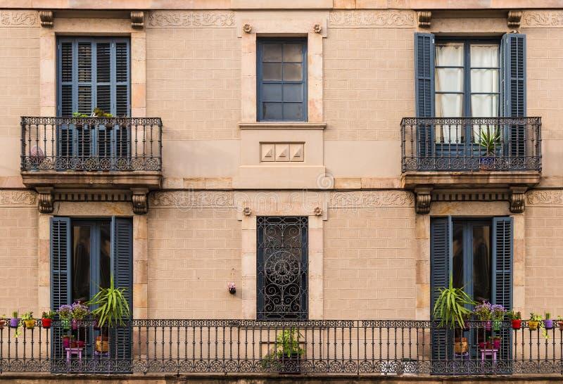 Windows och balkonger i rad p? fasad av historisk byggnad arkivbilder