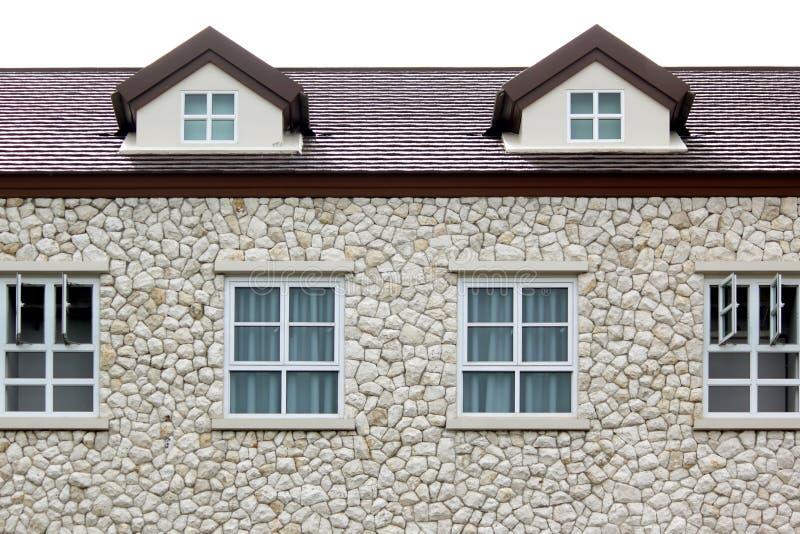 Windows och gaveltak på stenhus arkivbilder