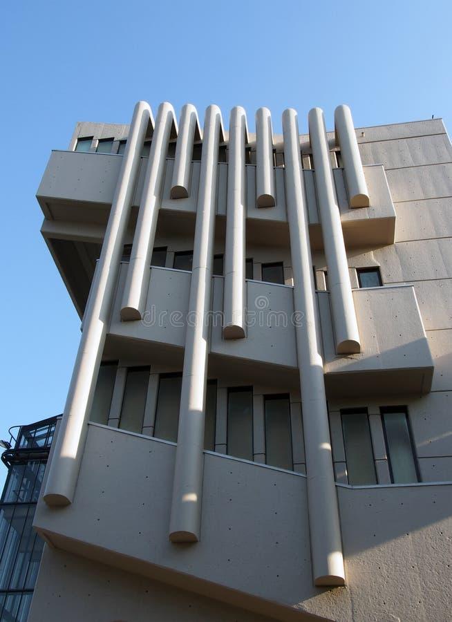 Windows och golv på den roger stevens byggnaden på universitetet av leeds en konkret byggnad för brutalist av kammarherren powell arkivbilder