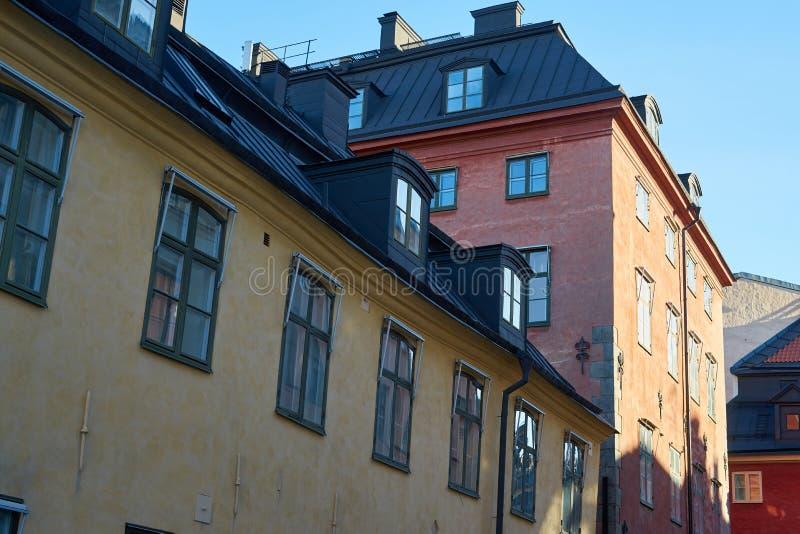 Windows och tak i gammal stad av Stockholm arkivbild