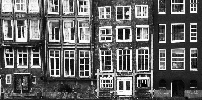 Windows od budynku w Amsterdam fotografia stock
