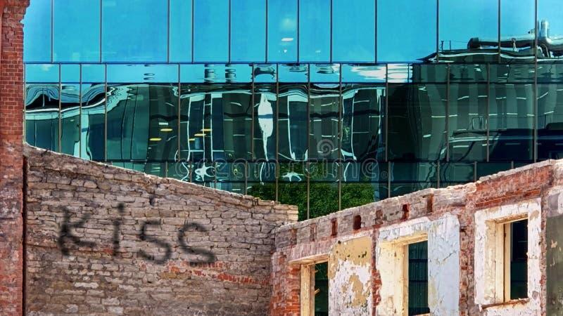 Windows odbicia nowożytnego nowego budynku i starego rocznika domu błękitny szkło kamień przodu domu ściany słowo i kochamy Skys  obrazy royalty free