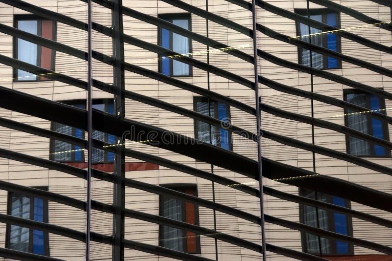 Windows odbicie w budynku blisko miasta hal zdjęcie stock