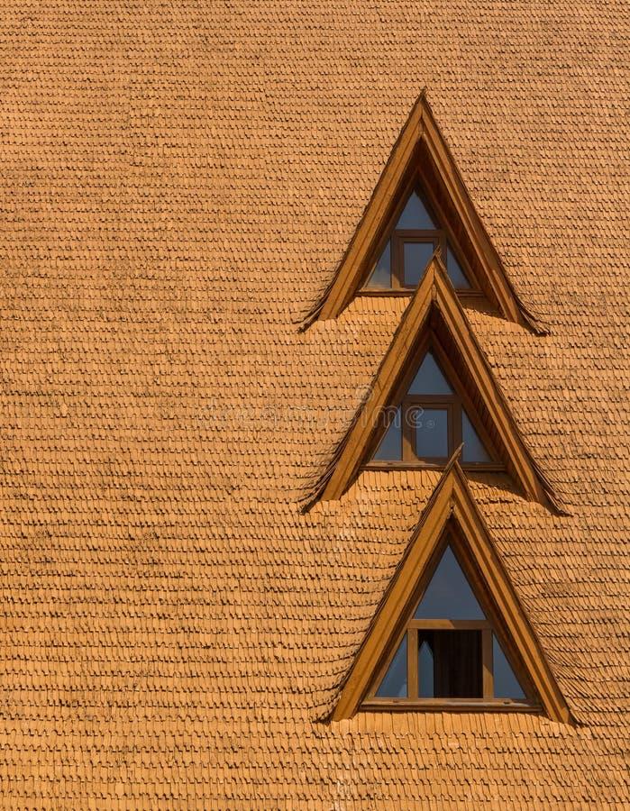Windows på ett wood singeltak arkivfoton