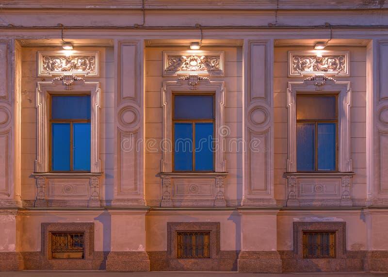 Windows på nattfasad av institutet av orientaliska manuskript royaltyfria foton