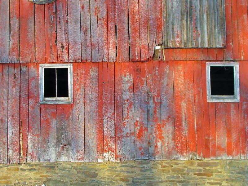 Windows på sidan av ladugården royaltyfria bilder