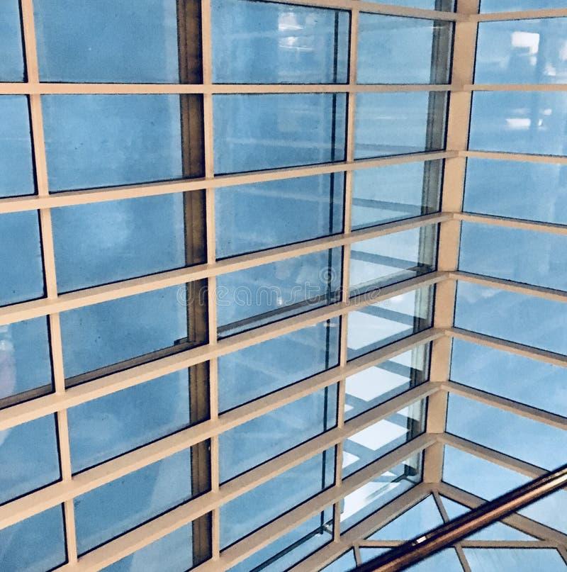 Windows que negligencia o céu fotos de stock