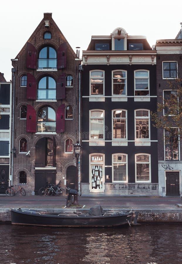 Windows reflexion på att charma Amsterdam kanalhus arkivfoton