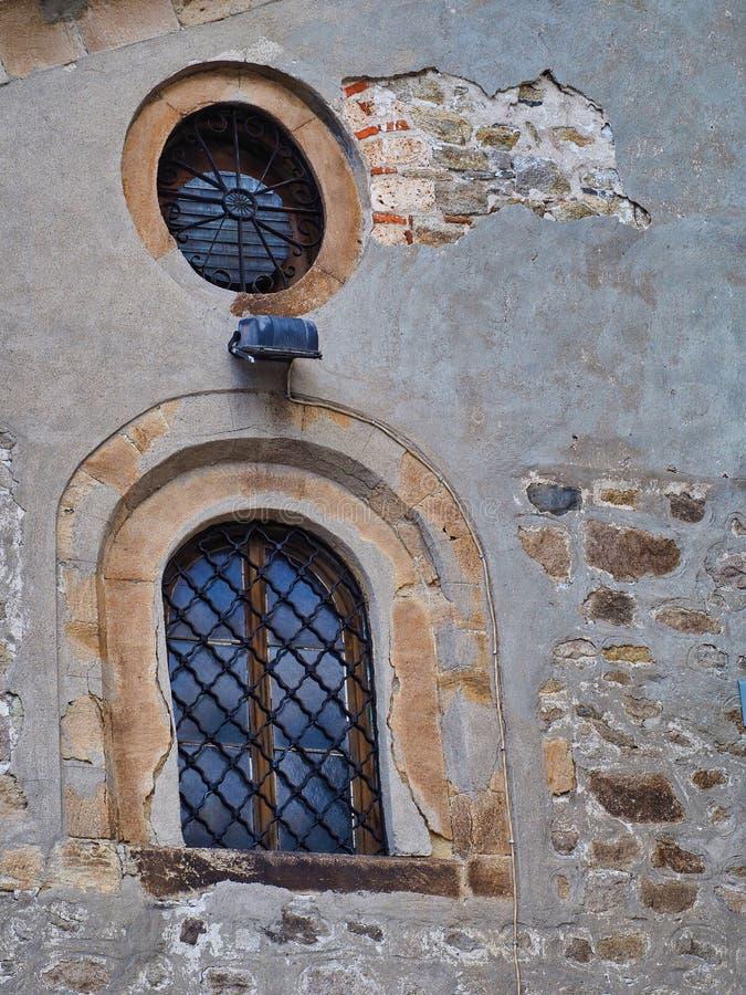 Windows su Grey Stucco Building storico, Filippopoli, Bulgaria fotografia stock