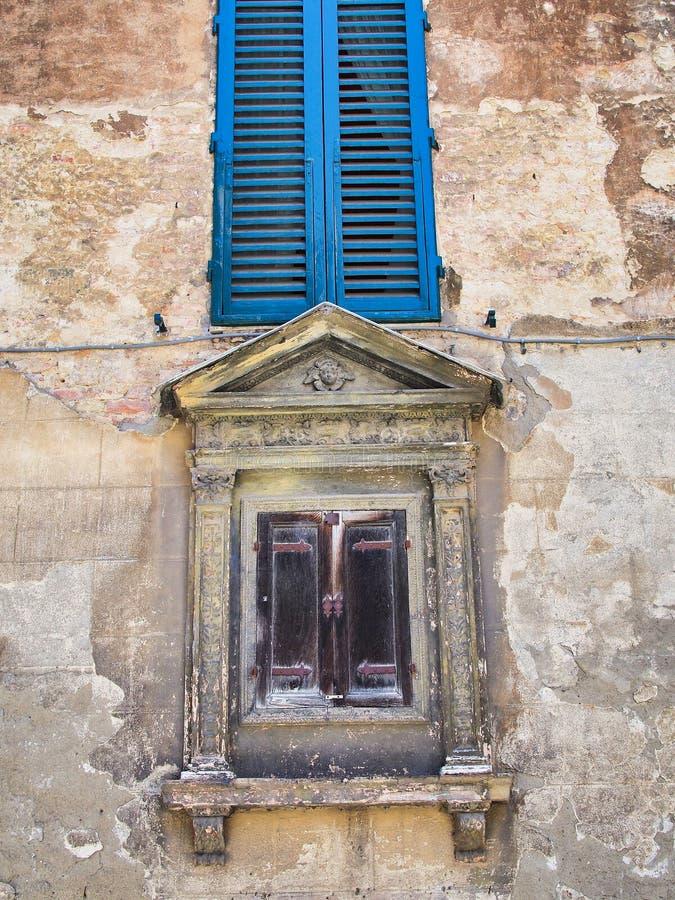 Windows su Siena Stucco Building storica, Toscana, Italia immagine stock libera da diritti