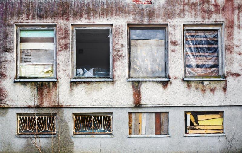Windows subió para arriba por los paneles de madera en una casa vieja fotos de archivo