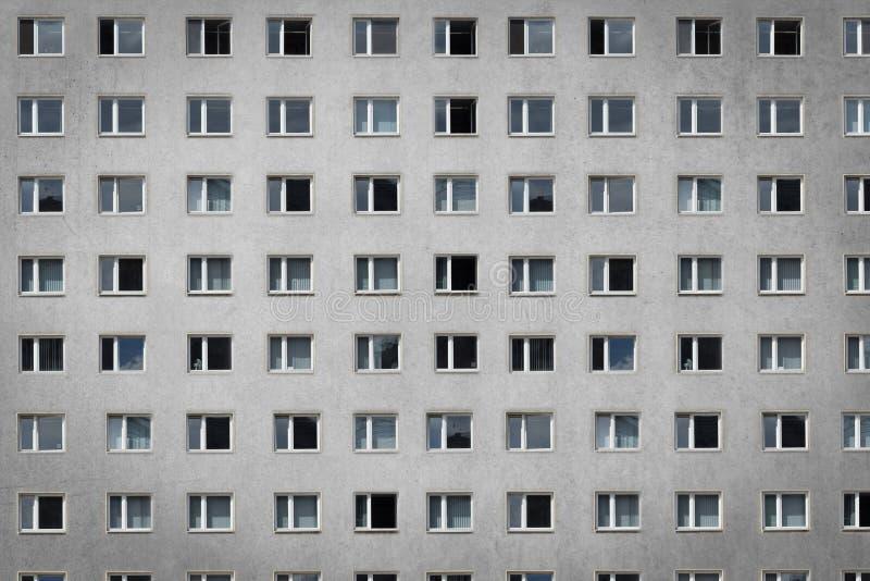 Windows sulla facciata della costruzione - palazzina di appartamenti fotografie stock libere da diritti