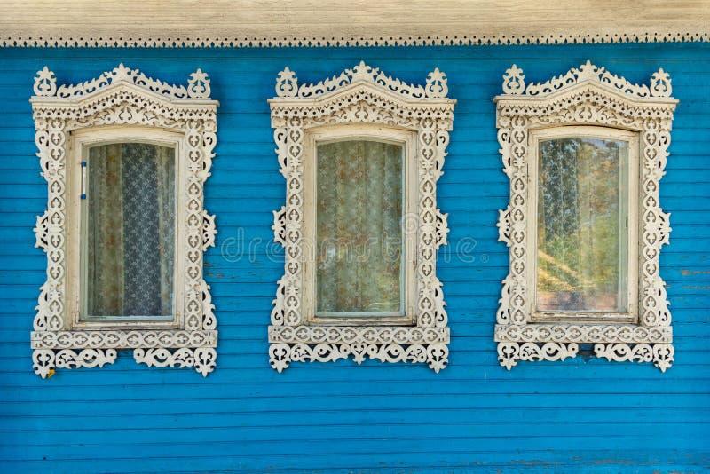 Windows tallado de una casa rusa vieja imagen de archivo