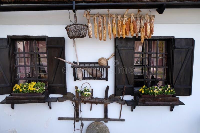 Windows tradycyjny drewniany dom w Gornja Stubica, Chorwacja obraz royalty free