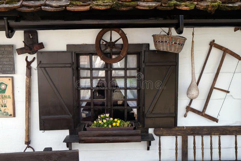 Windows tradycyjny drewniany dom w Gornja Stubica, Zagorje region, Chorwacja obraz stock