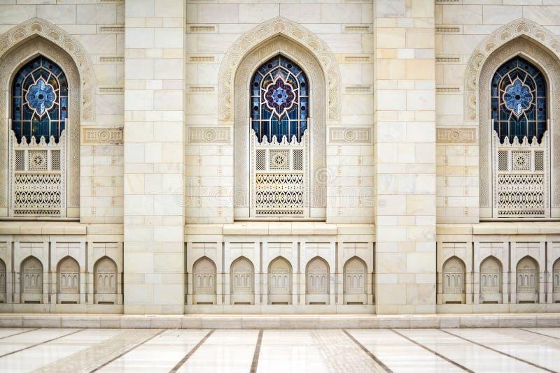 Windows tusen dollar Sultan Qaboos Mosque royaltyfria bilder