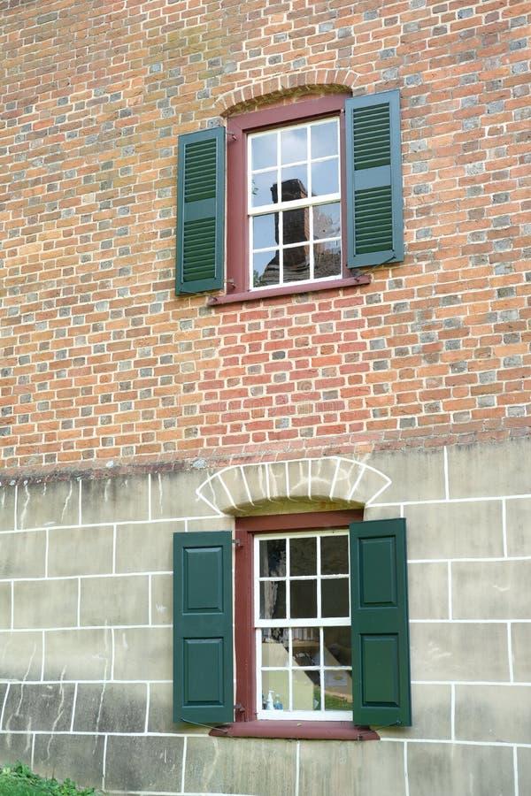 Windows in una casa con mattoni a vista fotografia stock