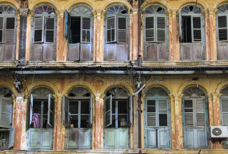 Windows und Balkone im alten Haus lizenzfreies stockfoto