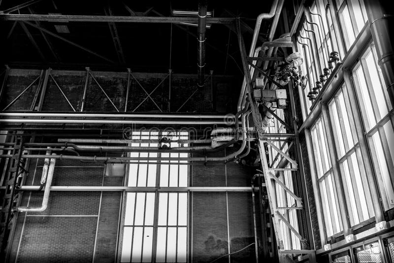Windows und Rohre in einem alten Lager stockfoto