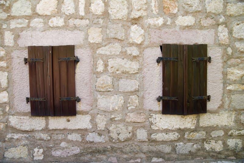 Windows in vecchia costruzione di pietra fotografia stock