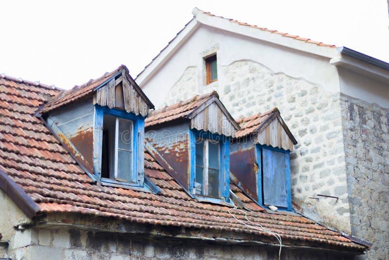 Windows velho no telhado fotos de stock