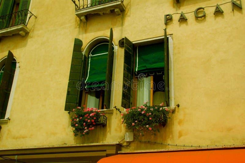 Windows in Venedig lizenzfreie stockbilder