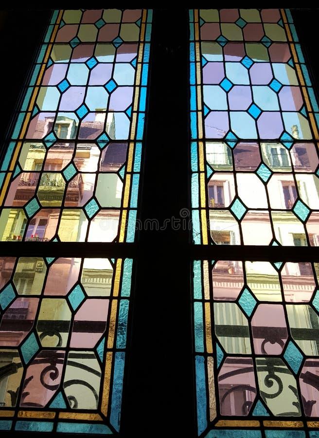 Windows visto através de uma janela de vitral imagens de stock