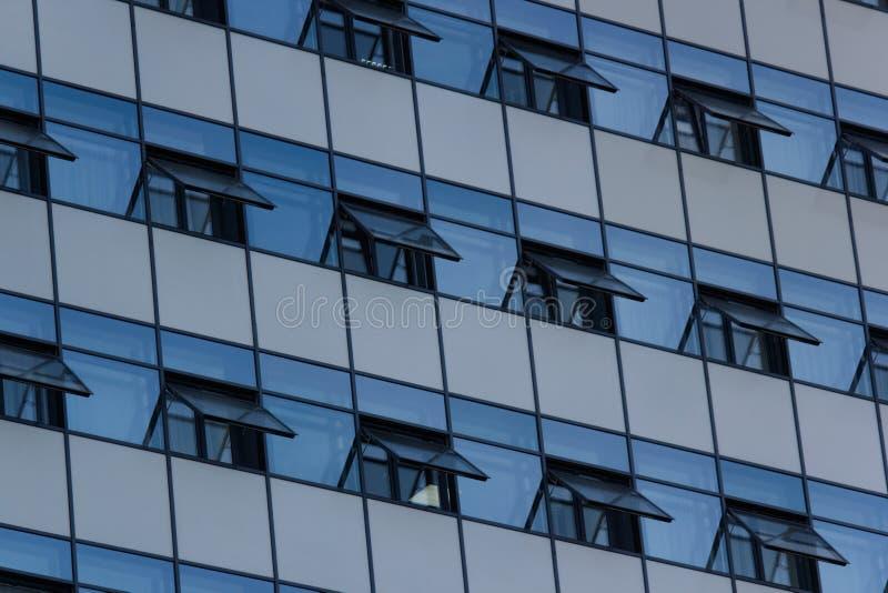 Windows von modernen Bürogebäuden stockfoto