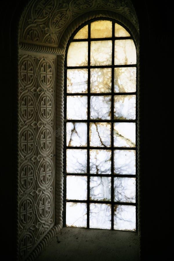 Windows w antycznym carolingian krasomówstwo kościół zdjęcia royalty free