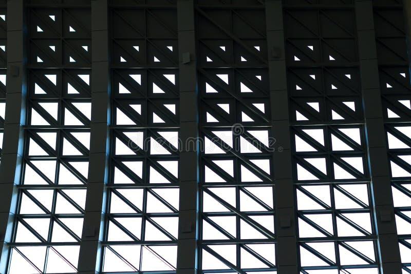 Windows w budynku geometrical rozwiązaniu problem kolejowa budowa obrazy stock