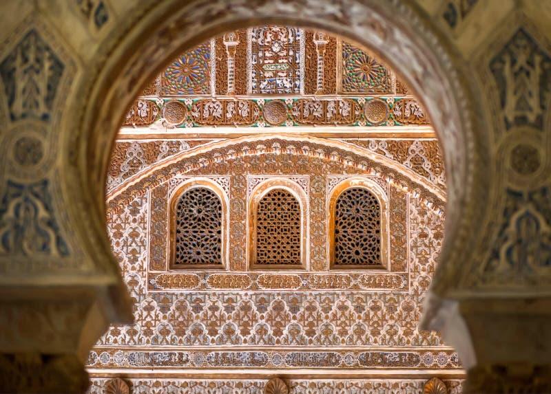 Windows w języka arabskiego łuku, przód czternastego wieka Alcazar pałac królewski, Mudejar architektura styl, Andalusia zdjęcia royalty free