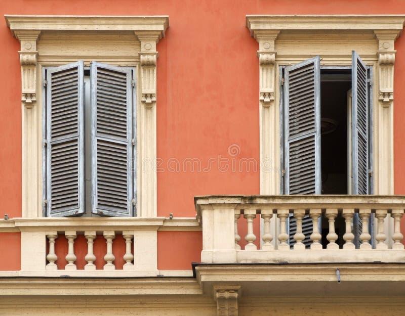 Windows y balcón en Roma fotos de archivo
