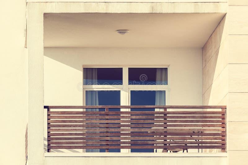 Windows y balcones de la nueva casa urbana fotos de archivo libres de regalías